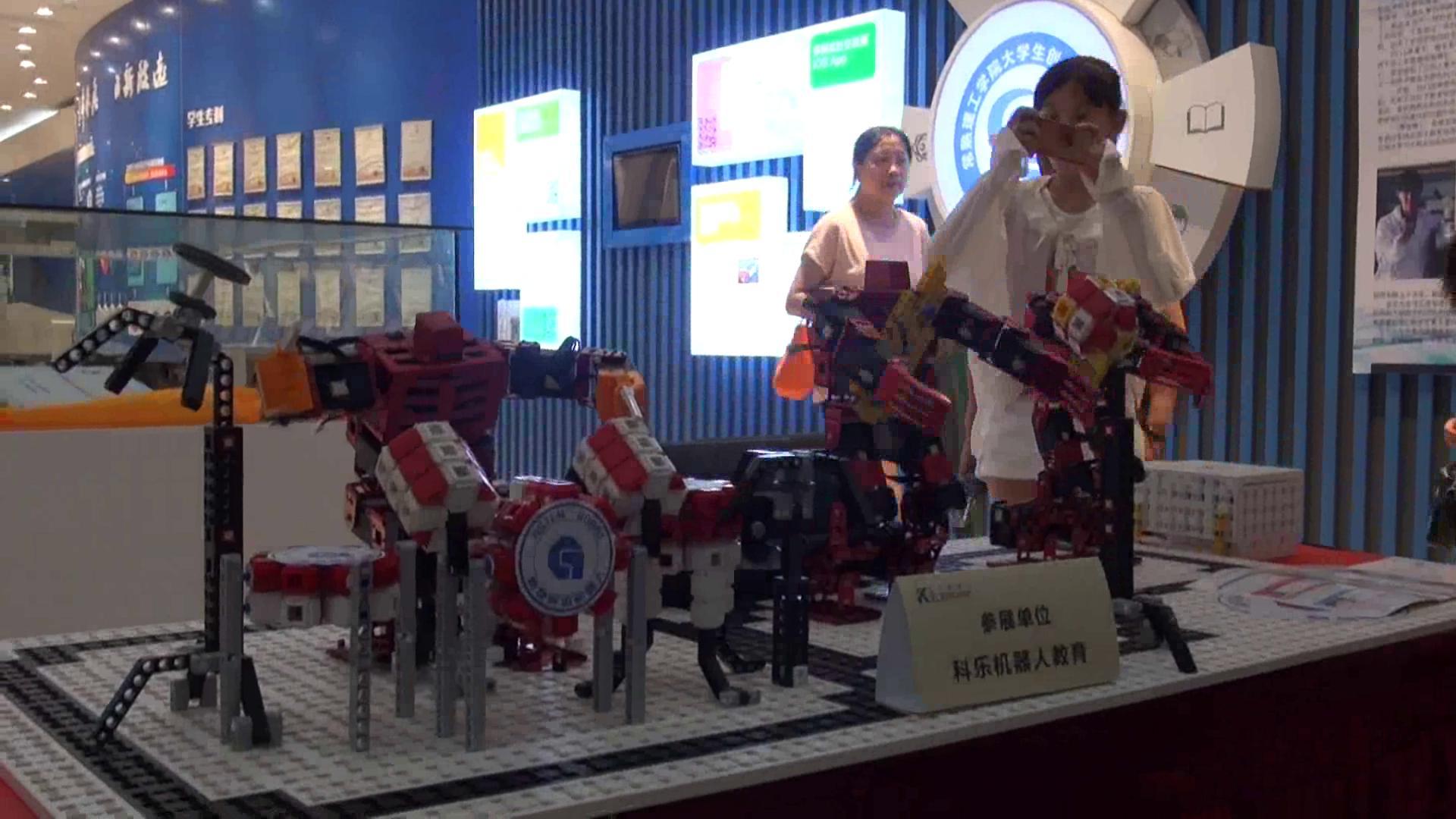"""与机器人近距离接触 首届""""科乐""""杯全国少儿机器人大赛在常举行"""